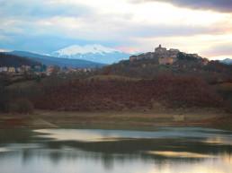 Il lago della diga Pertusillo e il centro di Spinoso