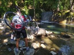 fiume e bici